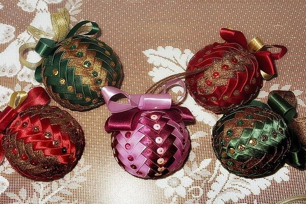 Идеи для новогоднего декора ёлки своими руками - Оригинальные ёлочные шары - фото 1