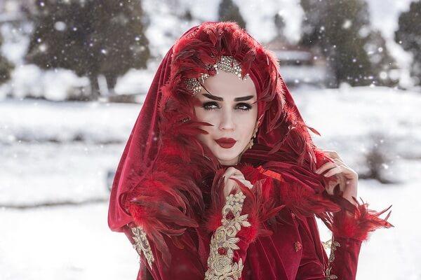 Интересные идеи зимней фотосессии в лесу для девушки