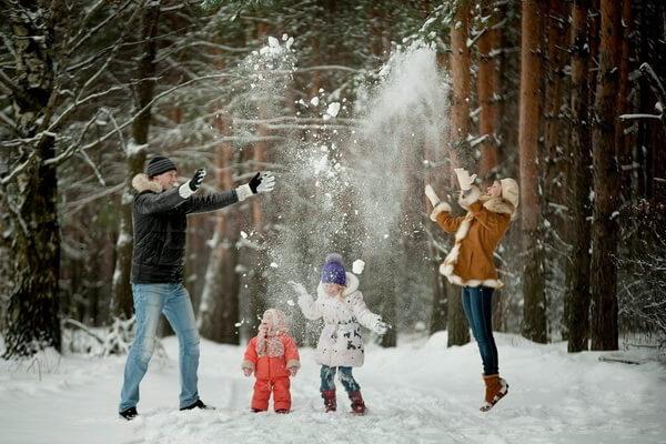 Зимняя семейная фотосессия в лесу - интересные идеи с фото