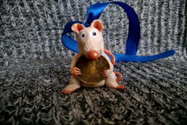 Ёлочная игрушка Крыса с монеткой из полимерной глины - мастер-класс для начинающих