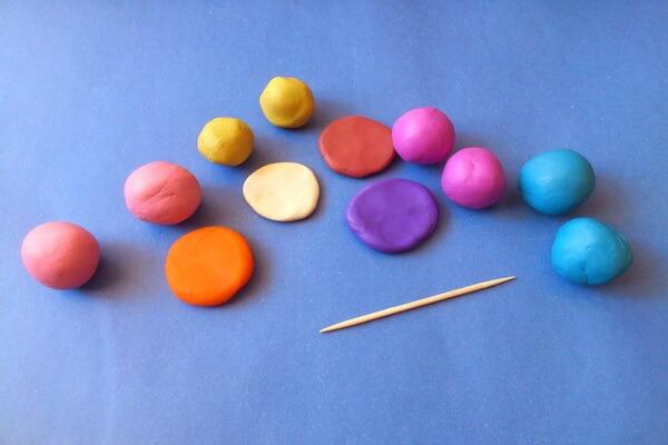 Как слепить макаруны из пластилина - шаг 1