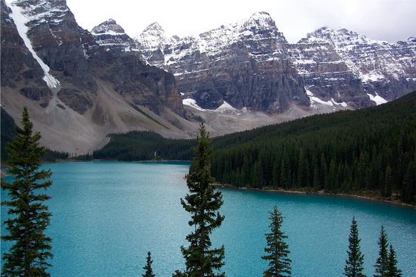 Озеро Морейн в национальном парке Банф в Канаде
