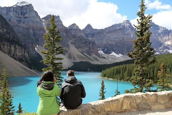 Озеро Морейн в горах Канады