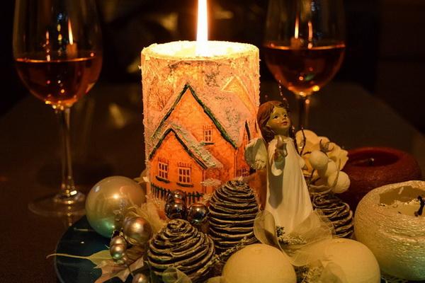 Свечи в новогоднем декоре праздничного стола