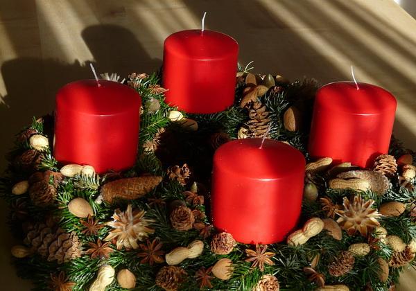 Декор новогоднего стола в красном цвете