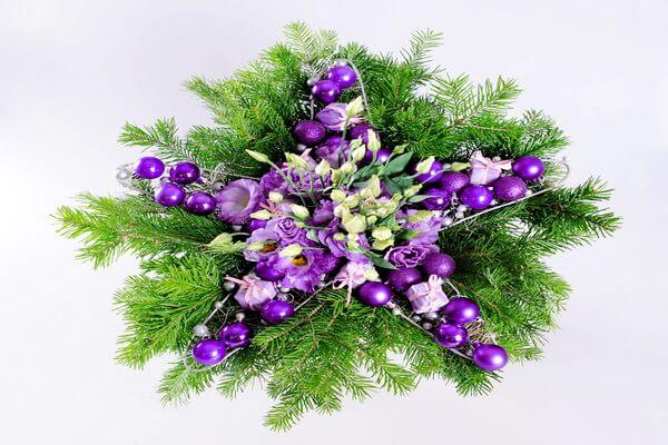 Идеи новогодних композиций из еловых веток и цветов