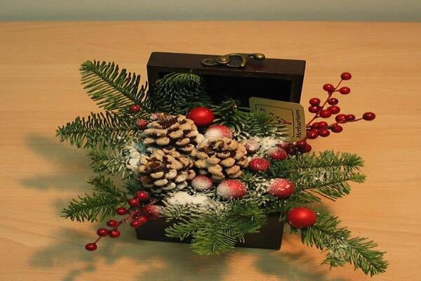 Красивые новогодние композиции из еловых веток и цветов в виде подарка