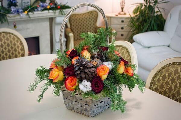 Интересные идеи новогодних композиций из еловых веток и цветов в корзинке