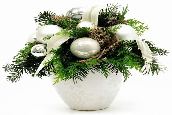 Красивые новогодние композиции из еловых веток, цветов и ёлочных шаров