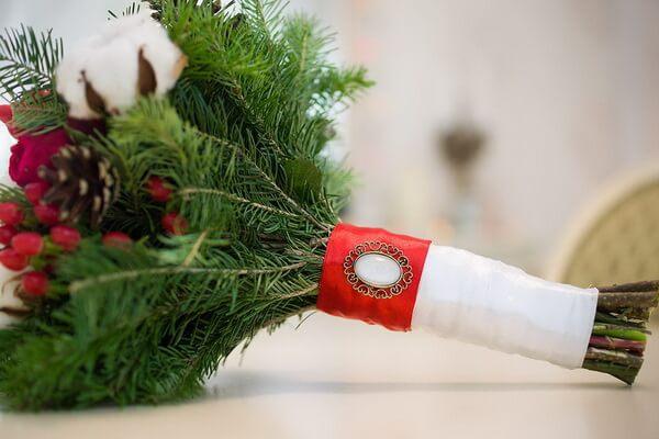 Красивые новогодние композиции из еловых веток и цветов в виде оригинального букета