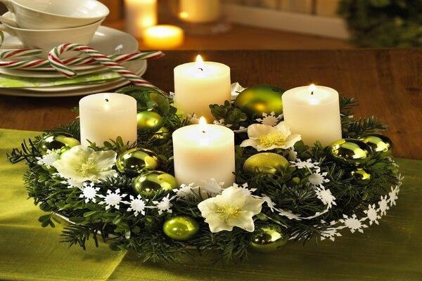 Интересные идеи, как оформить новогодние композиции со свечами своими руками в виде рождественского венка