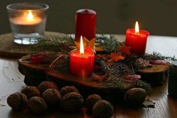 Интересные идеи, как оформить новогодние композиции со свечами своими руками на деревянной спиле