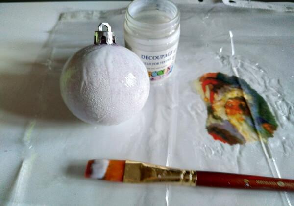 Декупаж ёлочных шаров - пошаговая инструкция - шаг 2-4