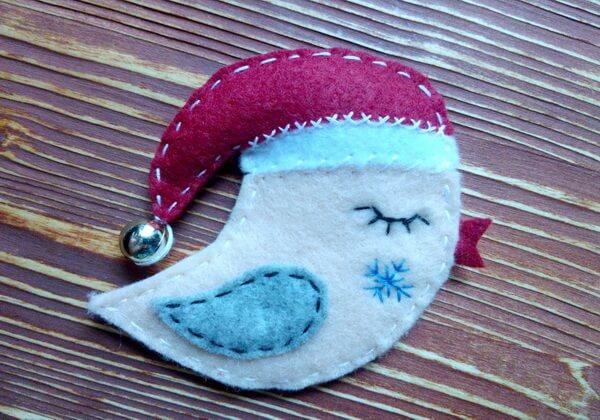 Новогодняя брошь Птичка из фетра пошагово - готовая работа