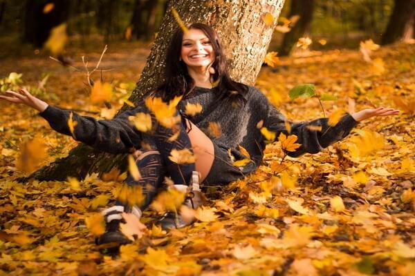 Идеи для осенней фотосессии в лесу - Фото в опавших листьях