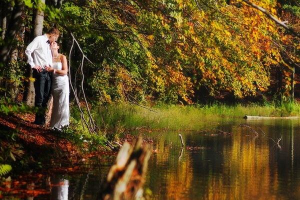 Романтическая фотосессия в осеннем лесу у озера