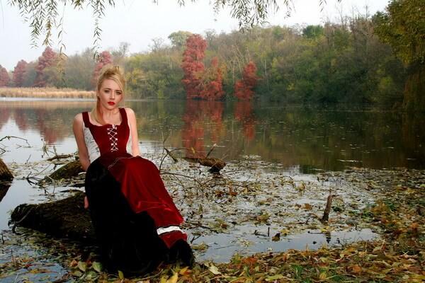 Идеи для девушек для осенней фотосессии в лесу - Пикник на озере