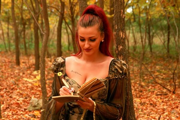 Идеи осенней фотосессии в лесу для девушек - Лесная прогулка в поисках вдохновения