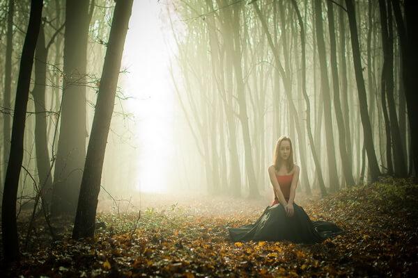 Идеи фотосессии в тумане в осеннем лесу