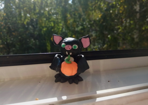 Пошаговый мастер-класс поделки на Хэллоуин - летучая мышь из полимерной глины - итоговое фото