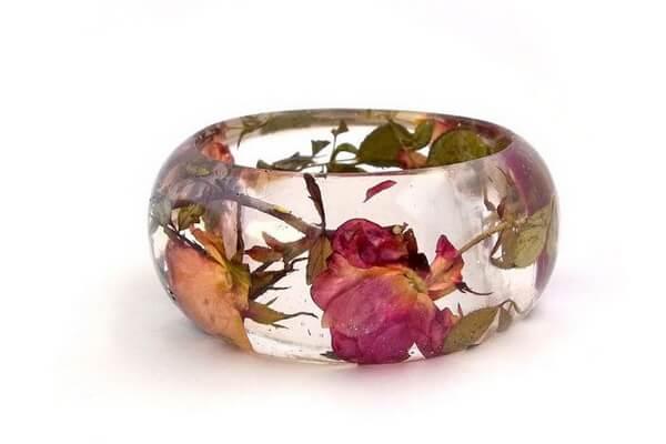 Как создавать украшения из цветов и эпоксидной смолы своими руками - основные советы